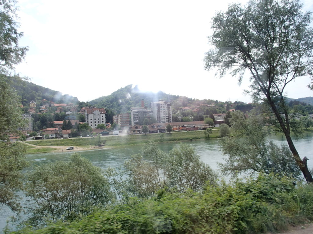 川の向こうはセルビアです。こちらはボスニア・ヘルツェゴビナ。