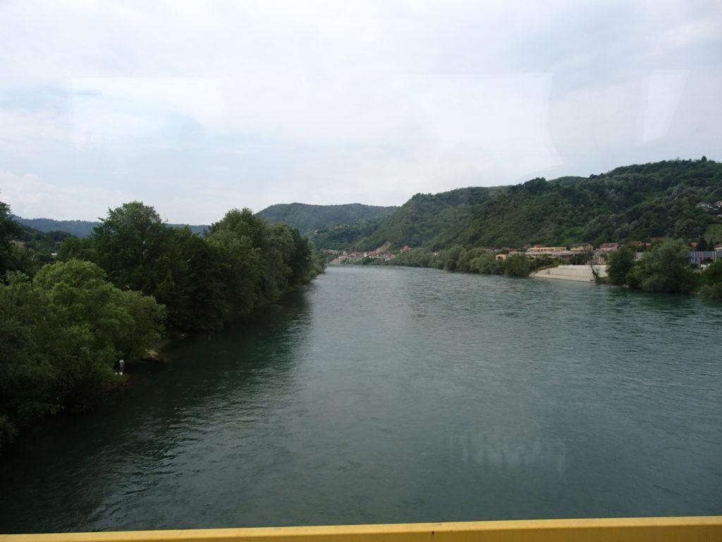 川の真ん中が国境かな
